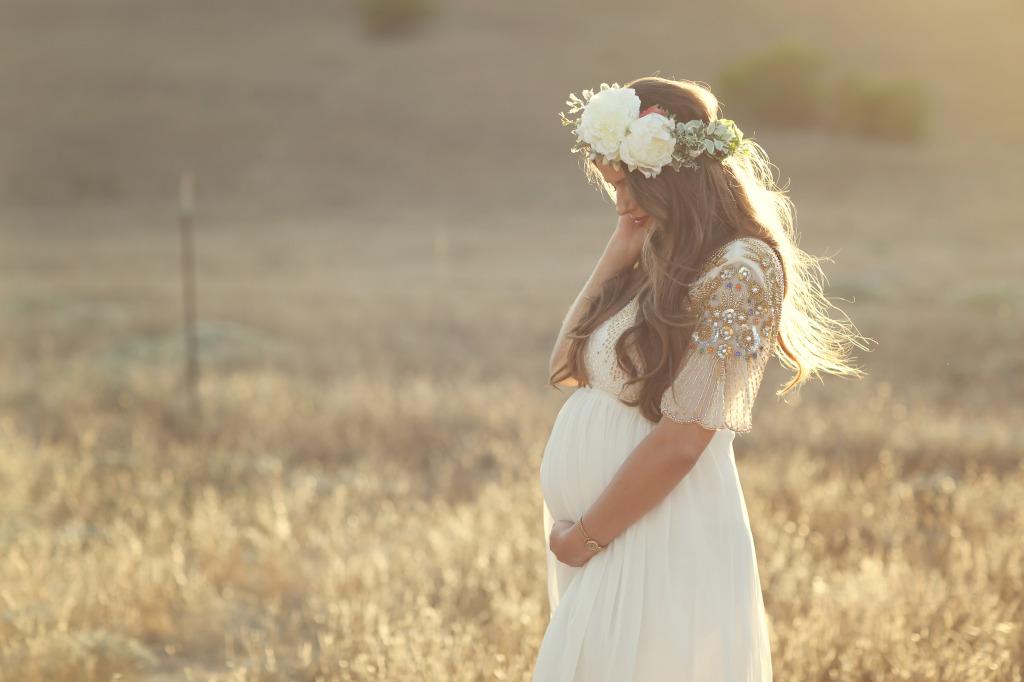 Dreamy Hillside Maternity Shoot | BondGirlGlam.com