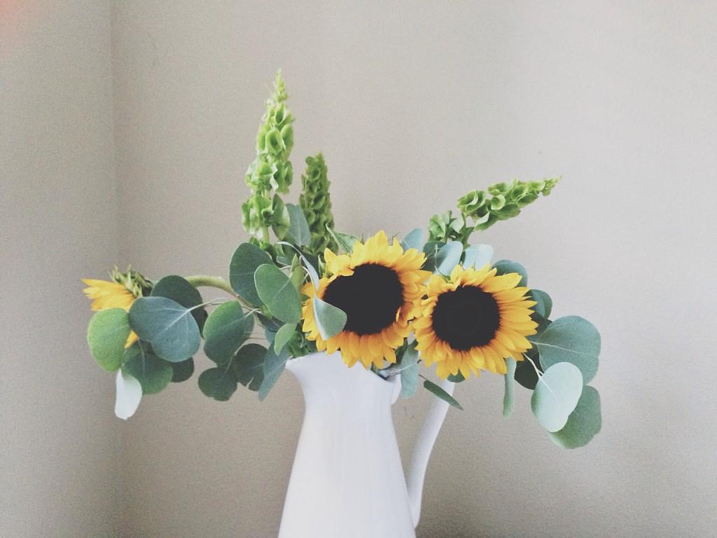 HOW TO // Simple Flower Arrangements at Home | BondGirlGlam.com